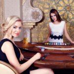 バカラをプレイする女性