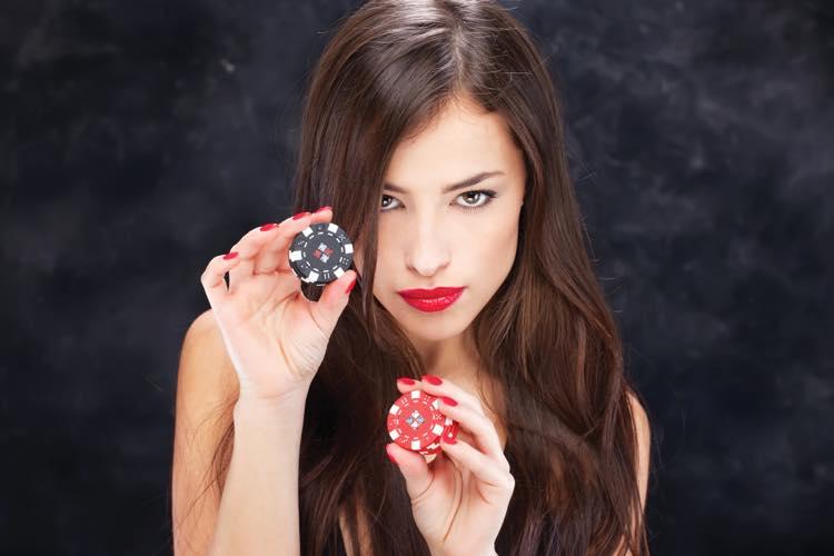 カジノで賭ける女性